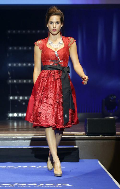 Angelina Heger in einem roten Traumdirndl.